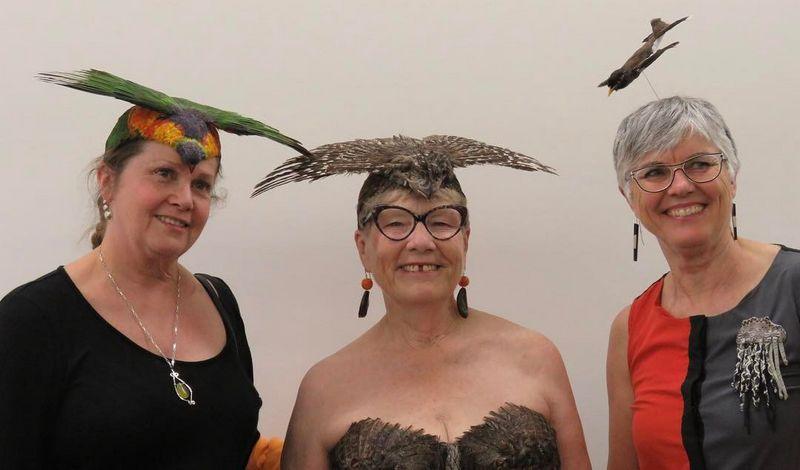 Topi burung dan bando burung di Janet Clayton Gallery (instagram.com)