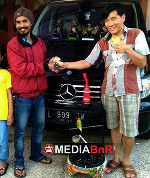 Saat transaksi mobil Mercedes Benz Viano dengan Lovebird Betet (MediaBnR.com)