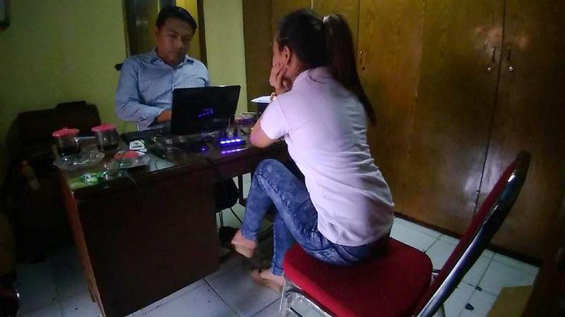 SPG cantik penari seksi di BnR Koblen Surabaya dilaporkan ke polisi (detik.com)