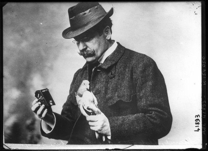 Dr Julius Neubronner mematenkan burung Merpati dan kameranya (publicdomainreview.org)