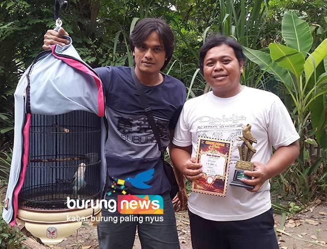 Lovebird Paud Pancali berpose dengan Om Miftahul dan Hardi (burungnews.com)