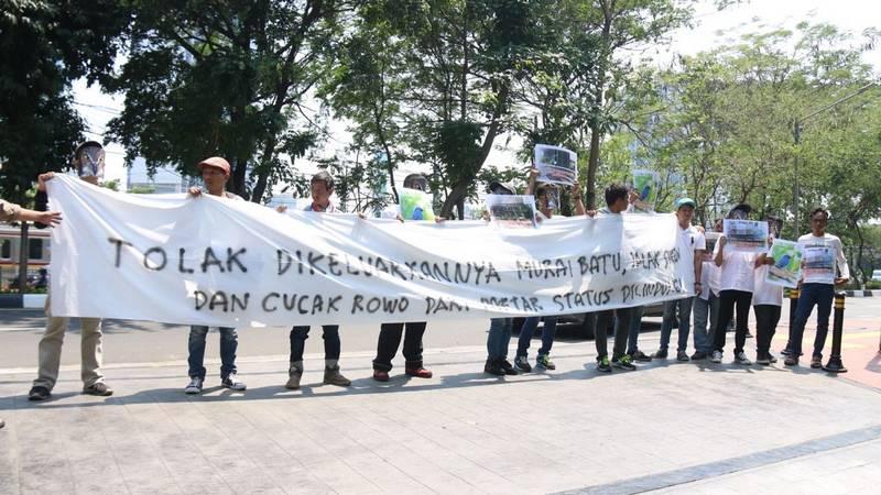 Aksi Demo Yayasan Terbang Indonesia di kantor KLHK (kumparan.com)