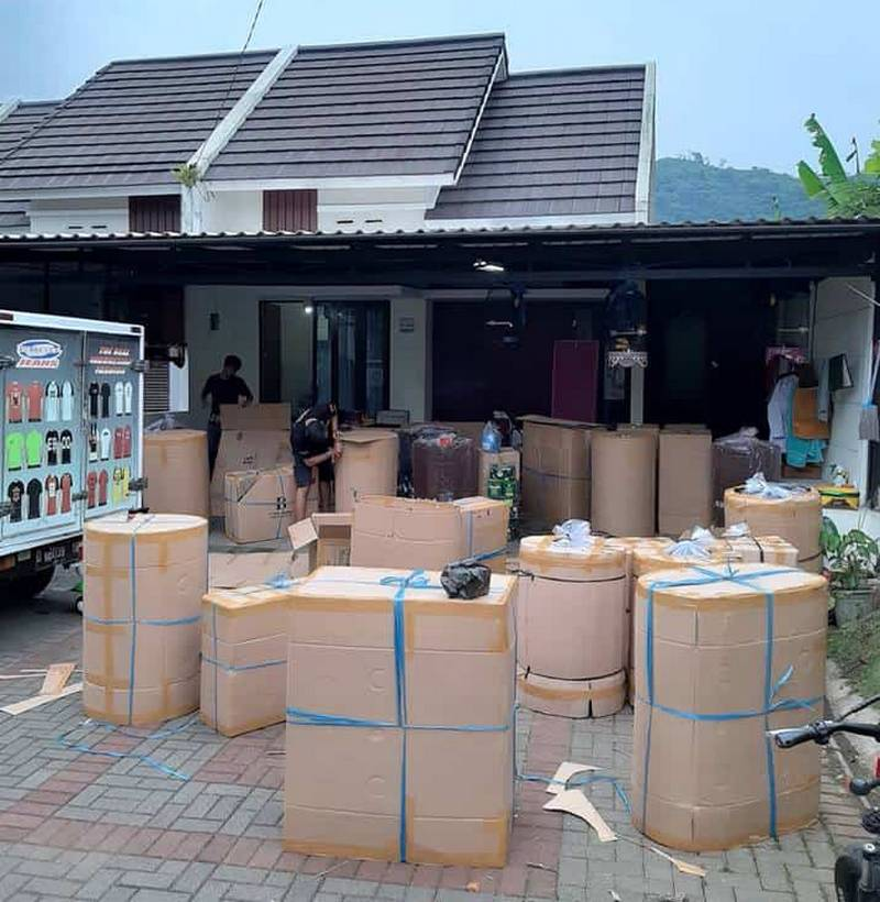 Pengepakan sangkar burung Ebod Jaya di rumah Aang Darsono (mediaronggolawe.id)