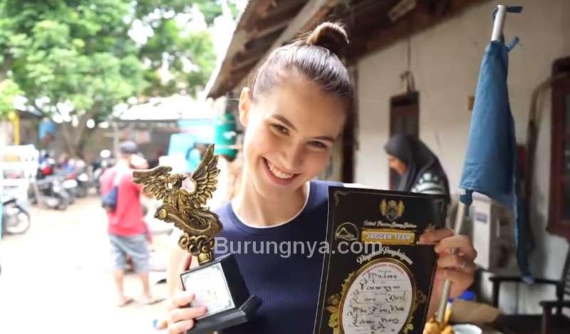 Bule Cantik dapat Trofi dan Piagam Juara 2 (youtube.com)