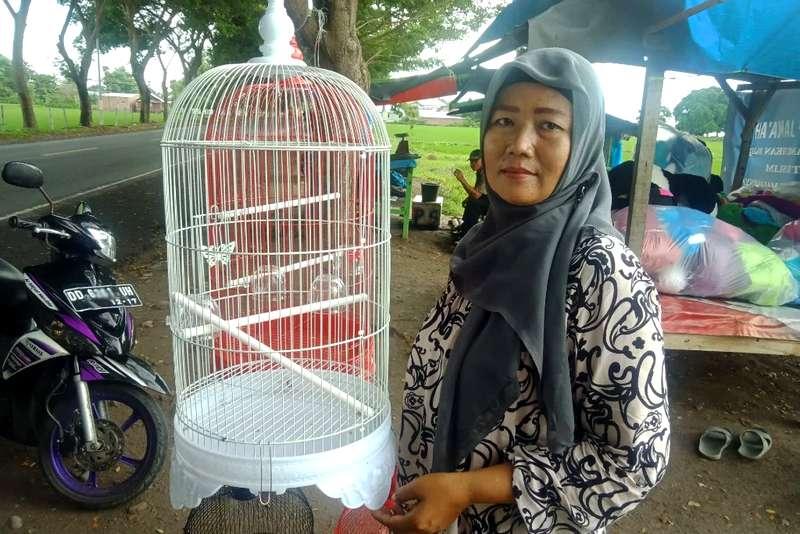 Inspirasi Wanita Penjual Burung Lovebird (tagar.id)